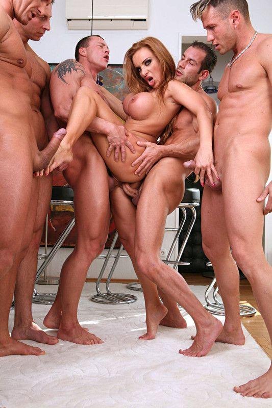 Одна хрупкая девушка дала толпе мужиков